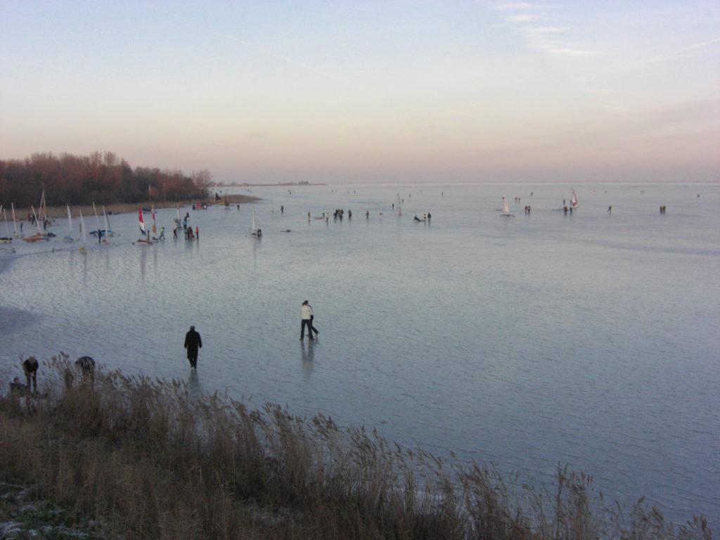 Aerfotos IJszeilen, Waterlandse Zeedijk, Monnickendam, NL, 2009-01-11